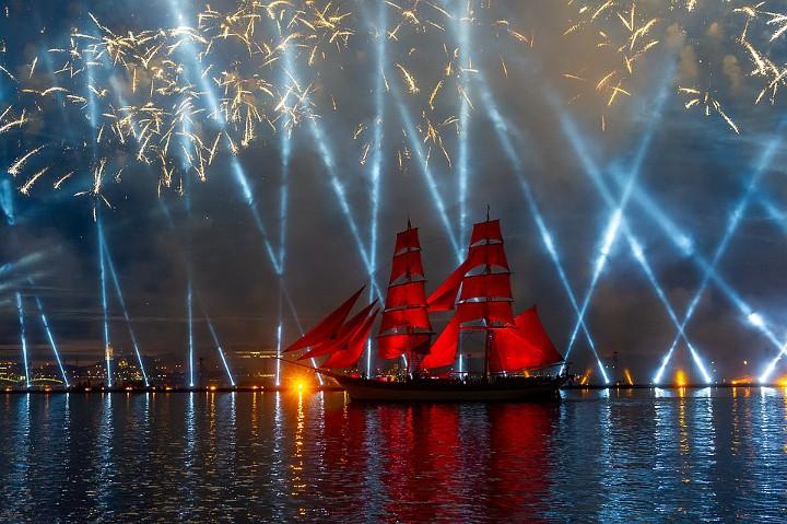 корабль с алыми парусами на фоне лазерного шоу
