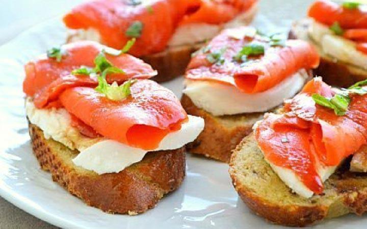 Бутерброд с моцареллой и копченым лососем на Новый Год 2020