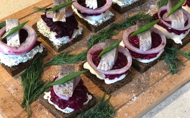 Бутерброды со свеклой и сельдью на Новый Год 2020