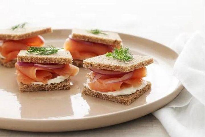 Бутерброды с копченым лососем