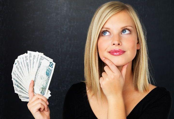 Девушка держит деньги в руках