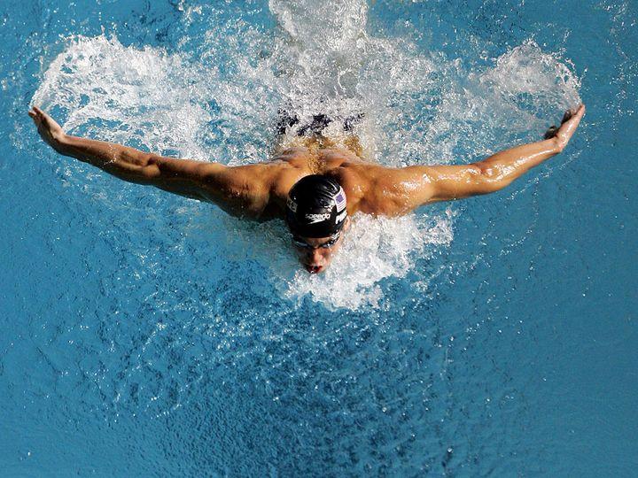 Мужчина плывет