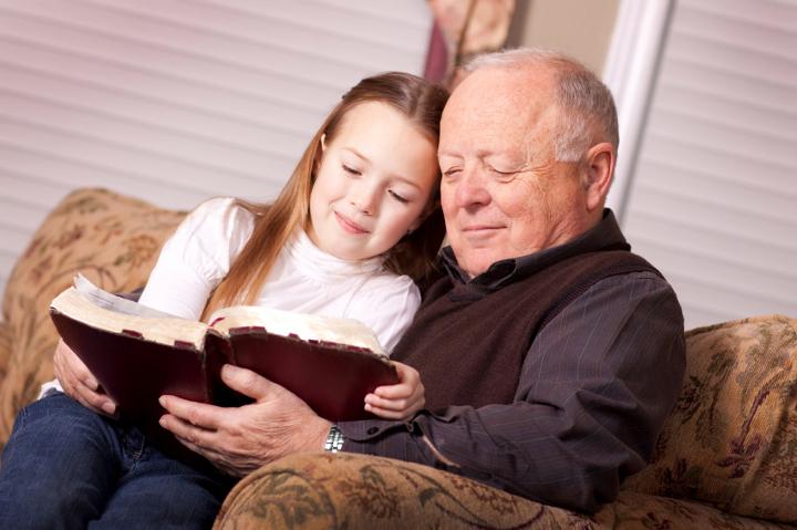 дедушка и внучка читают