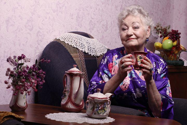 Бабушка пьет чай