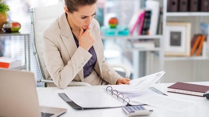женщина бухгалтер за столом