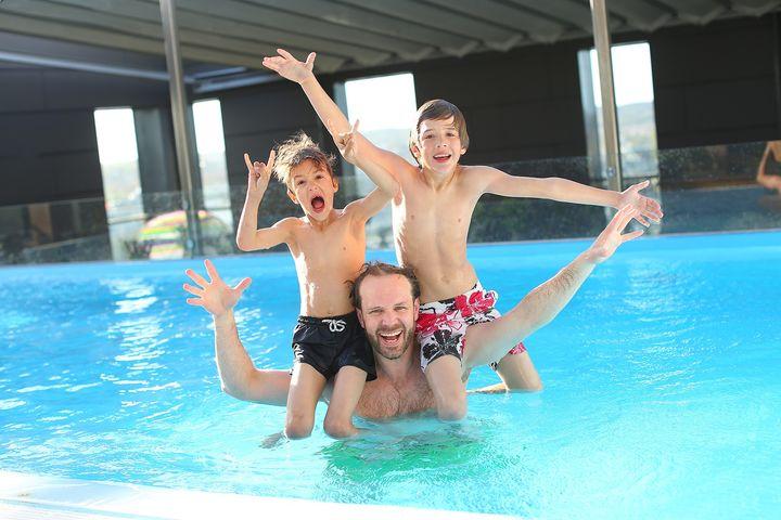 Отец с сыновьями в бассейне