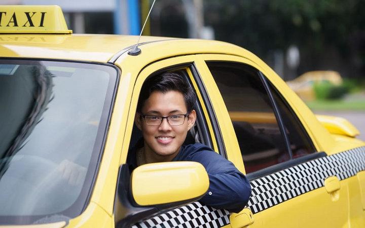 таксист в машине