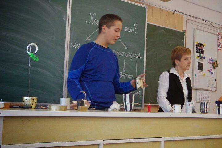 Школьник на уроке физики