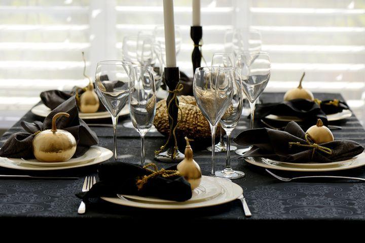 Сервировка новогоднего стола в темных тонах