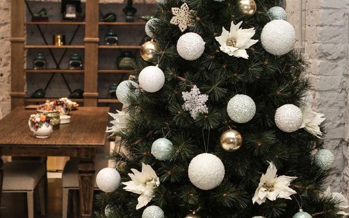 Как украсить елку в белом цвете на Новый 2021 год