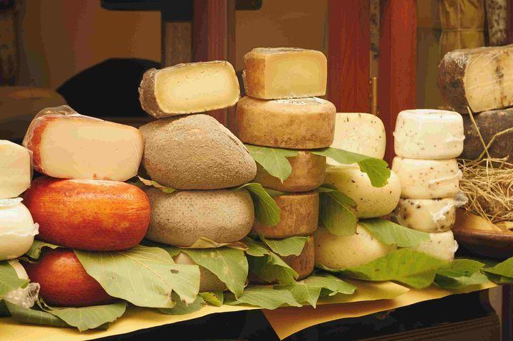 Головки сыра на полке