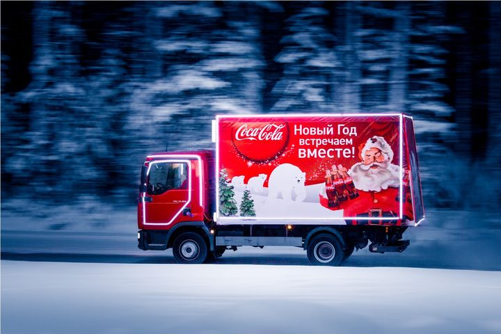 Грузовик Кока-кола едет в лесу