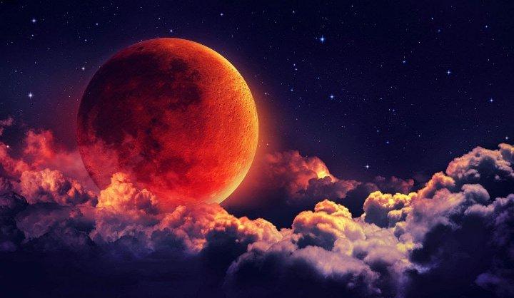 красная луна в небе
