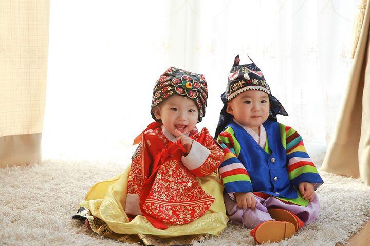 Корейские малыши в национальных костюмах