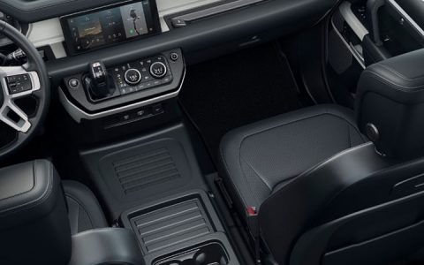 Первый ряд Land Rover Defender 2020