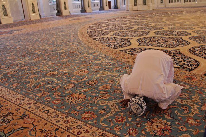 Мусульманин молится в мечети
