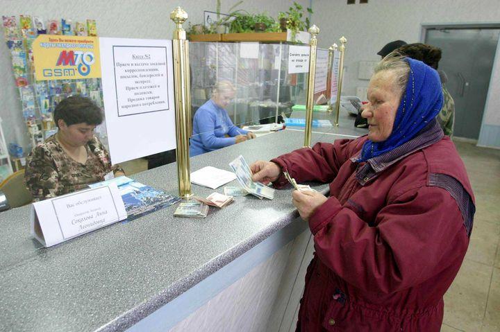 Женщина получает пенсию