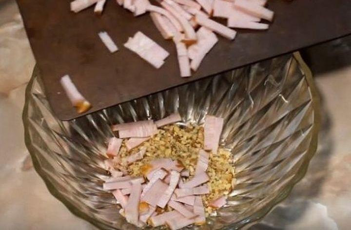 Приготовление новогоднего салата Елочная игрушка
