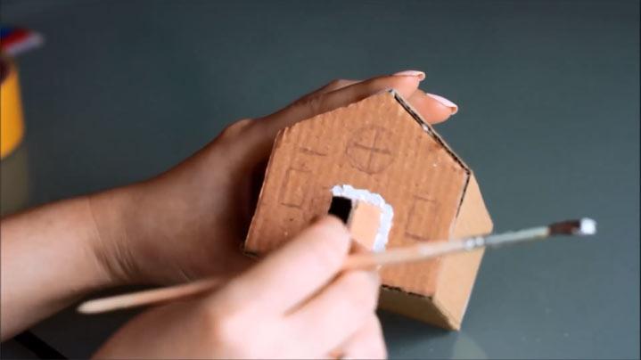 Декор картонного домика на Новый Год 2020