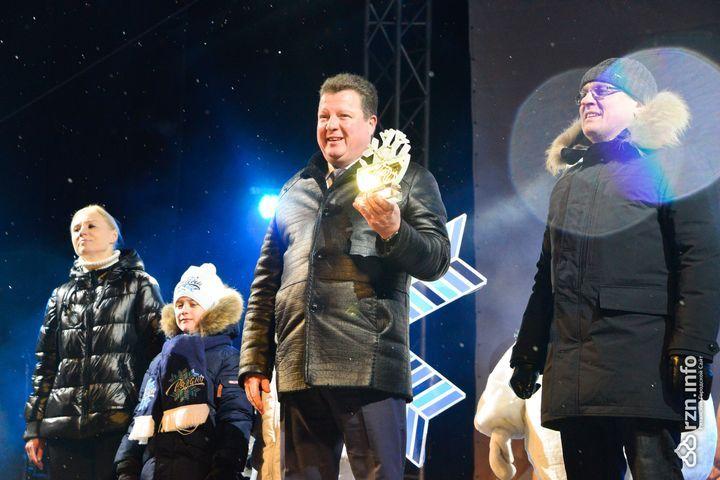 Губернатор Калуги получает хрустальную снежинку