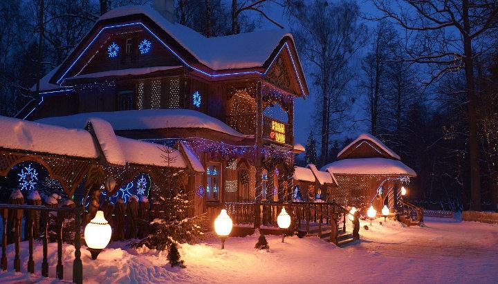 домик под снегом в лесу