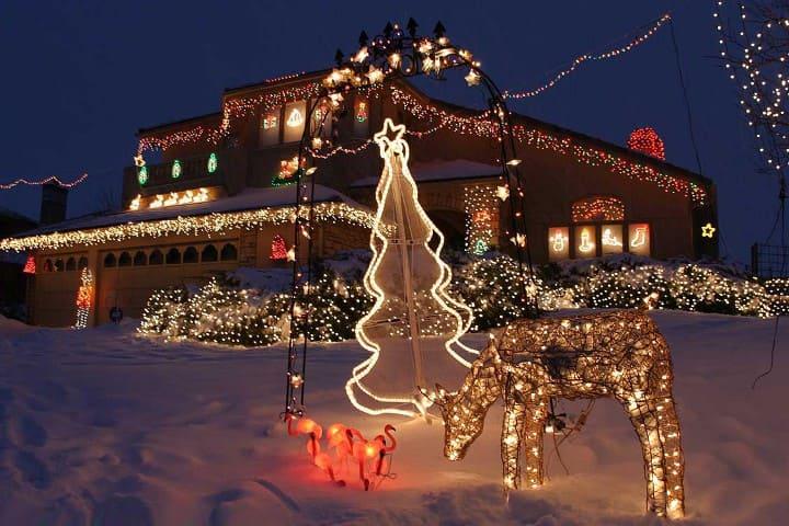 новогодние декорации у дома