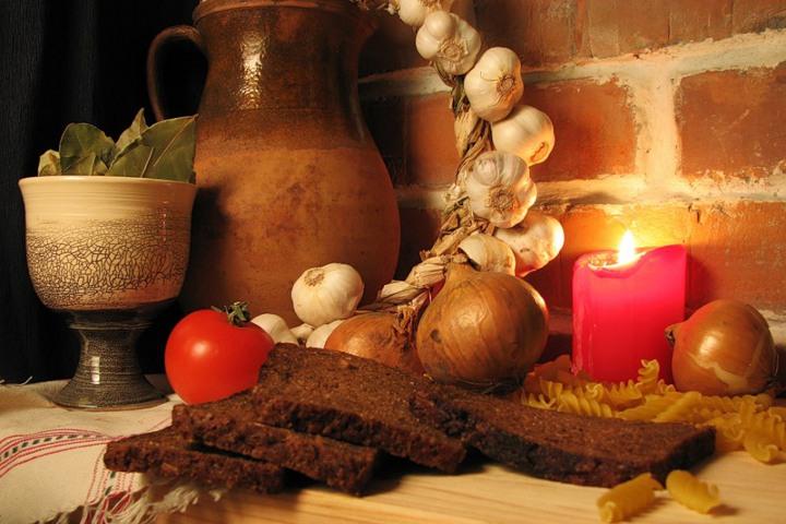 хлеб, лук и свеча на столе