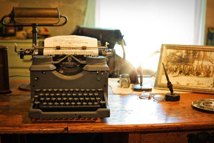 Печатная машинка на столе