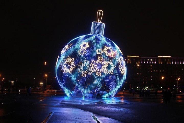 новогодний шар на улице города