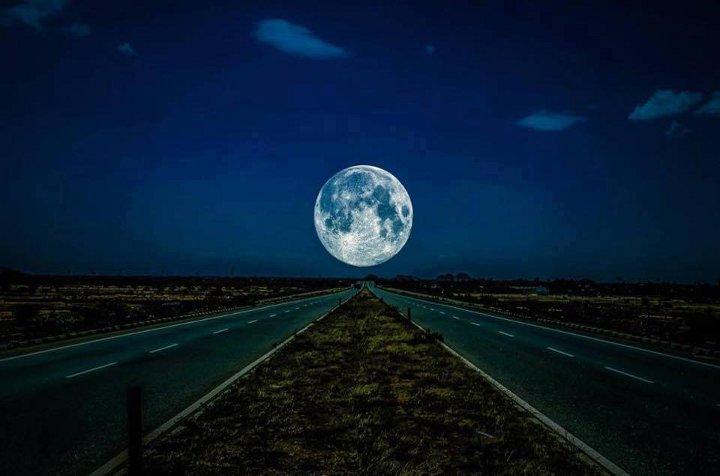 луна над дорогой