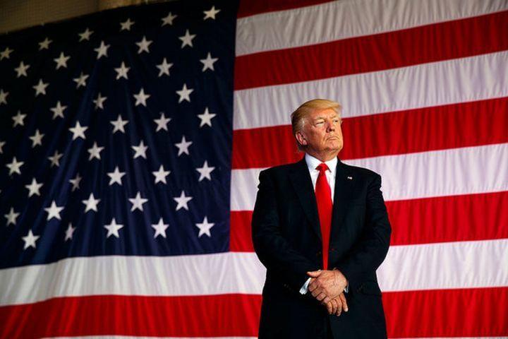 Дональд Трамп и флаг Америки