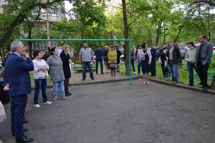Жители двора обсуждают благоустройство территории