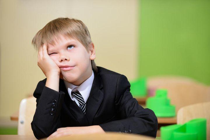 Школьник подпирает щеку