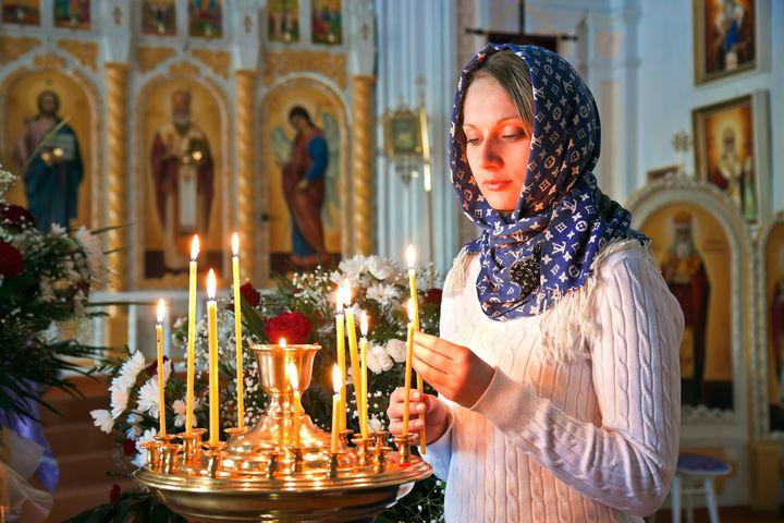 Беременная женщина в церкви