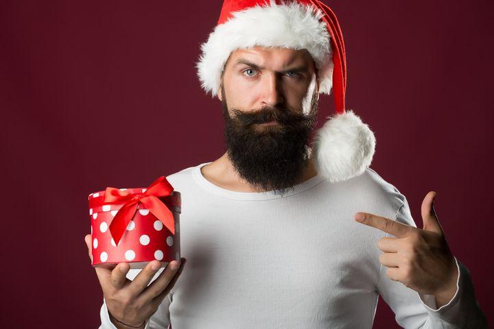 Хмурый мужчина с бородой