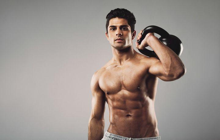 Спортивный мужчина с гирей