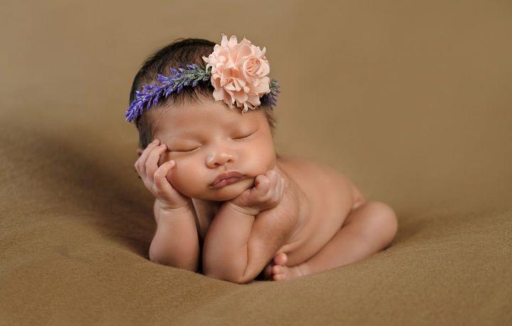 Новорожденная девочка спит