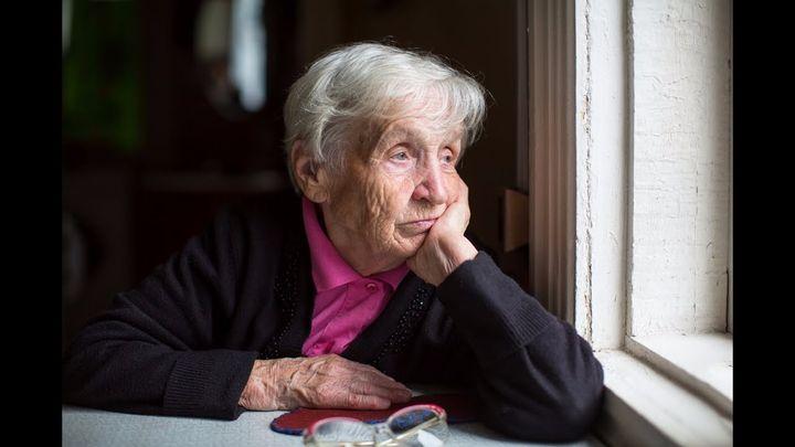 Женщина пенсионер у окна