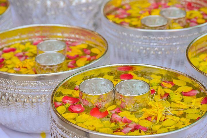 Чаши с водой и лепестками цветов