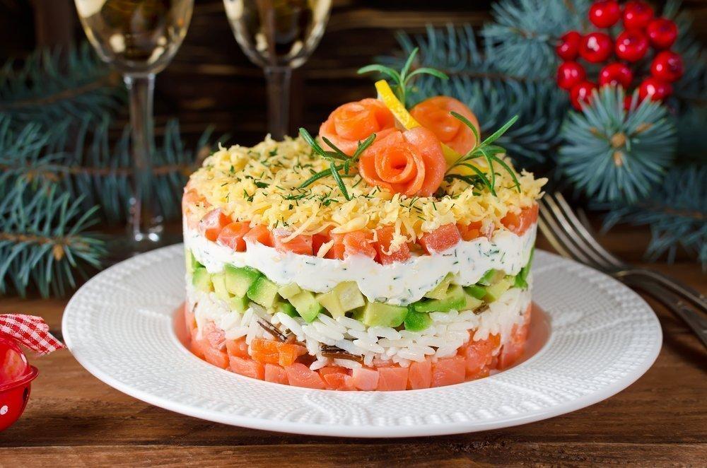 Новогодний салат с авокадо и лососем фото