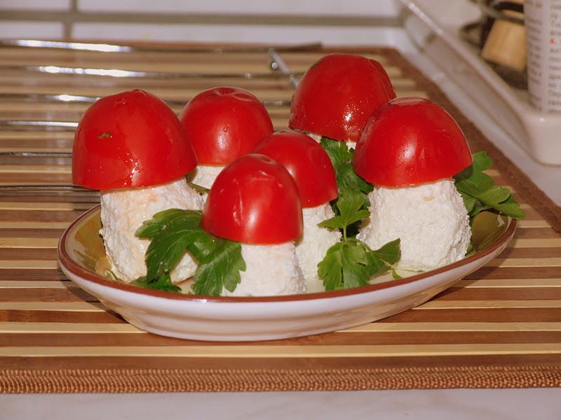 Закуска в виде грибочков к главному зимнему празднику фото