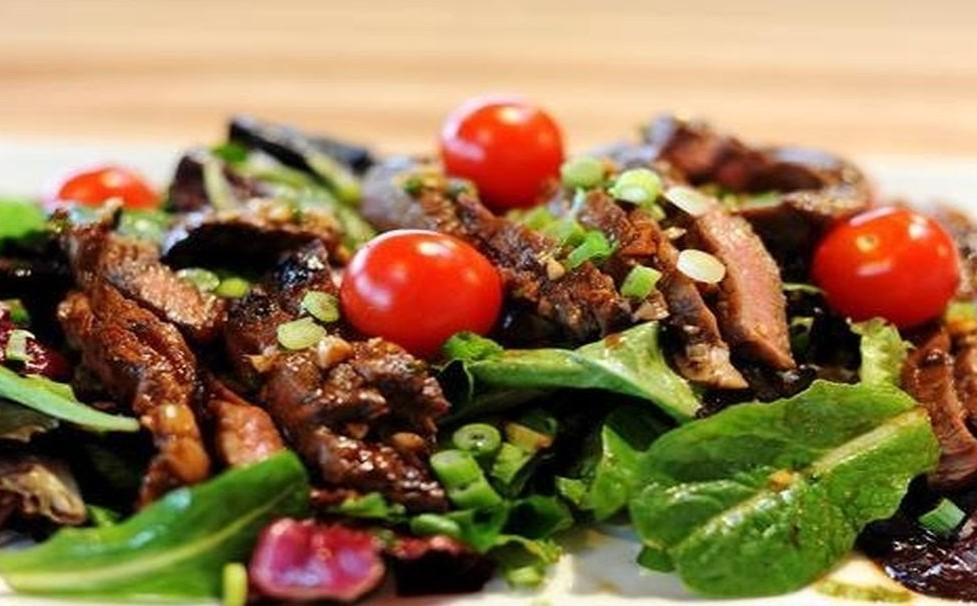 Горячий салат с говядиной фото