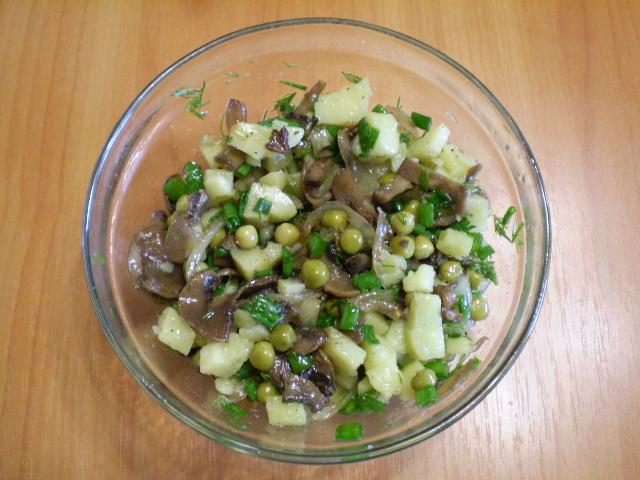 Салат из грибочков и горошка фото