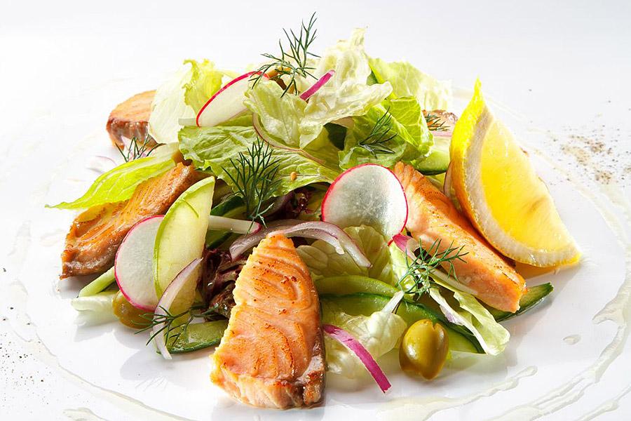 Салат из лосося с горчичной заправкой и яблоком фото