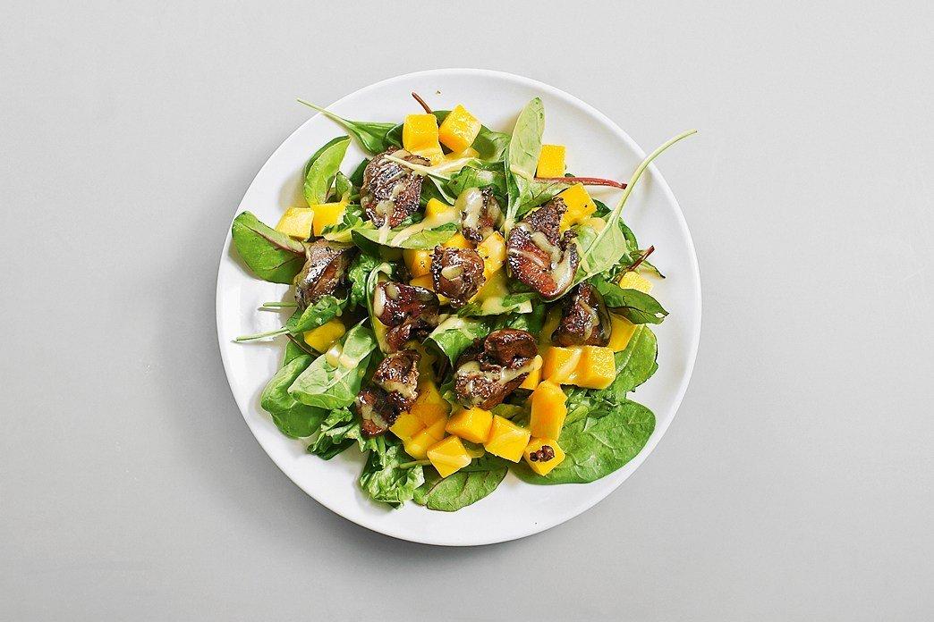 Салат с куриной печенью и манго фото