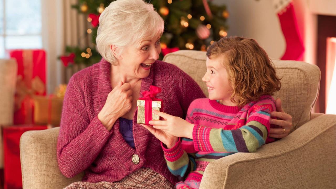 Что подарить бабушке на Новый 2019 год фото